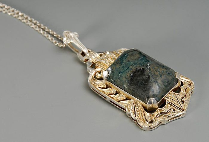 Pendant with green stone on necklace. 835 silver.