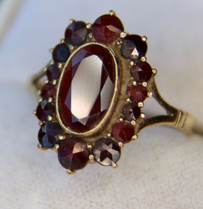 Antique gbeautiful handcrafted Gold ring with about 3.20ct old cut Bohemian Garnets