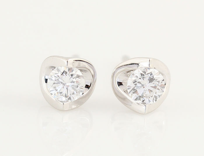 18 kt diamond earrings 0.40 ct / weight: 1.00 g / Size: 14.7 x 5.5 x 5.8 mm / G-SI