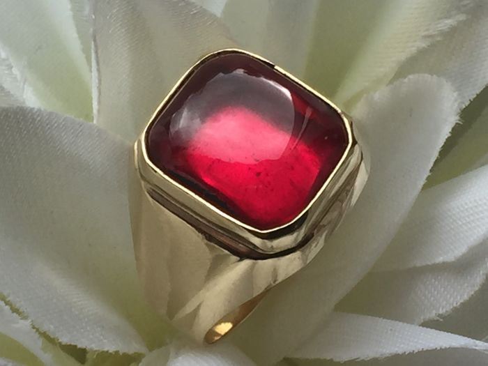 Gold men's ring with synthetic ruby / size 20.25