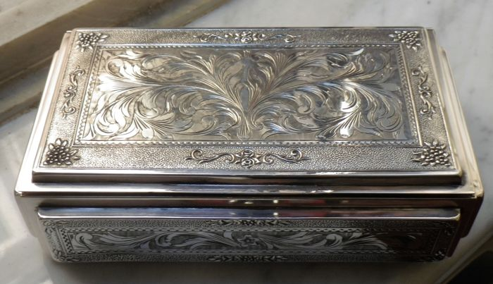 Chiselled Silver Box - Made in Italy  - 1st half of the 20th century