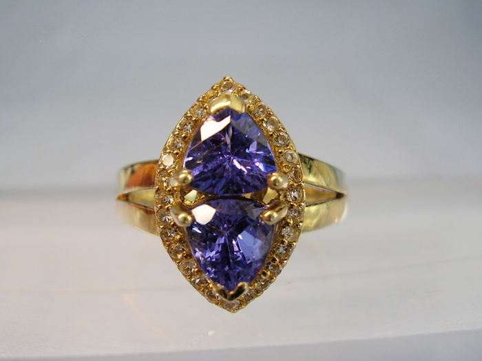 Cocktail ring with natural tanzanites of 2.60 ct and white topaz entourage