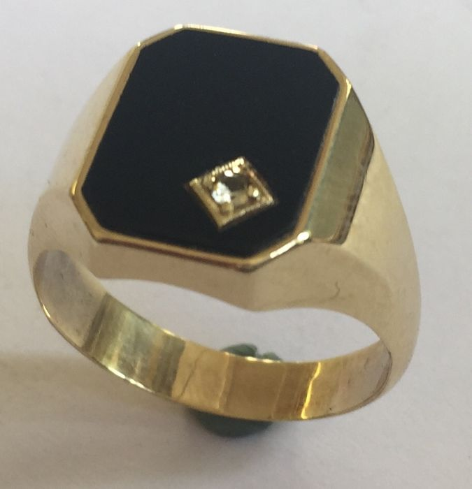 14 kt Gold men's signet ring with an onyx stone and a white spinel (synthetic)