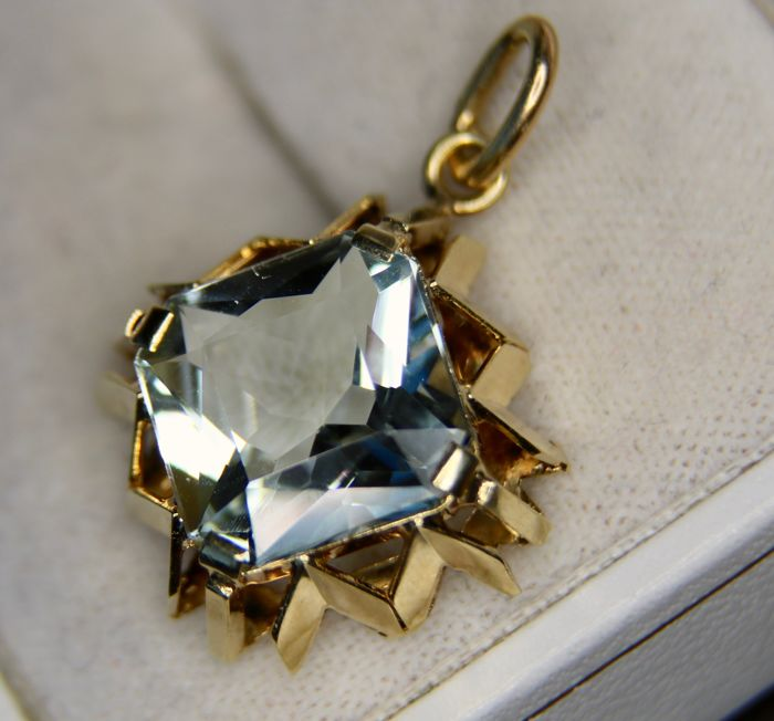 Vintage 14Kt gold pendant set with a natural Aquamarine of 6.65ct in an outstanding condition