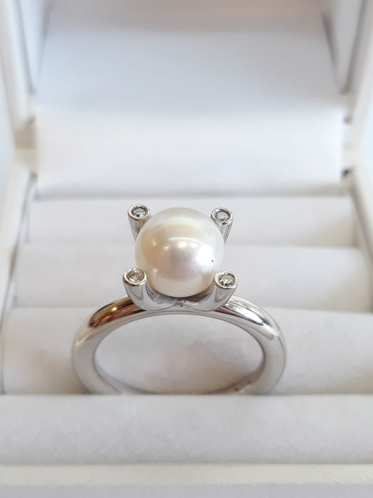 14 kt white gold women's ring set with salt water pearl.