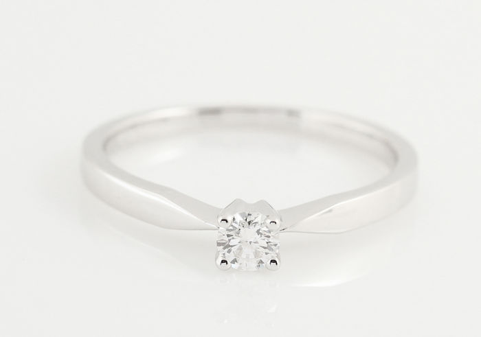 18 kt white gold diamond solitaire ring 0.165 ct in total / with 1 round diamond H-SI2 / weight: 2.22 g / ring size: 53 /