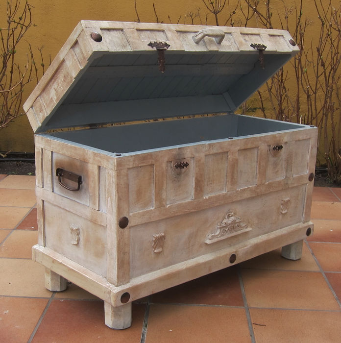 Large exclusive trunk, end of 20th century