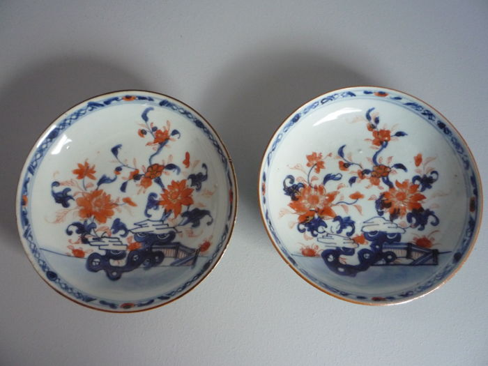 Two Chinese Imari dishes with a floral décor - China - ca. 1740