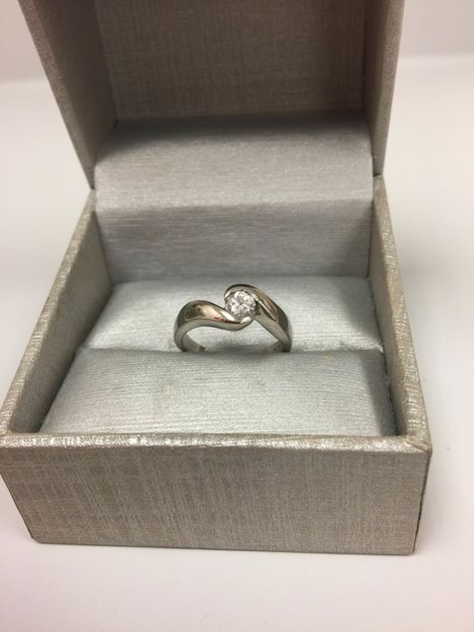 14kt white gold diamond ring. Size: 6.5. No reserve price