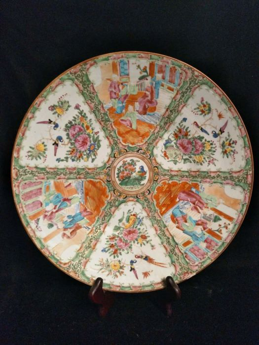 Cantonese porcelain dish decorated with characters - China - 19th century