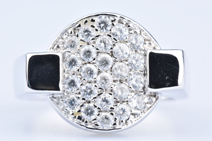 18 kt white gold ring set with 24 diamonds of 1.2 ct.