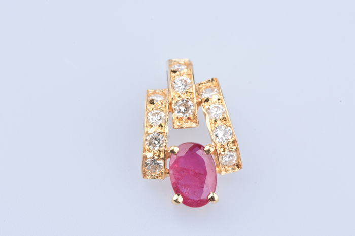 Pendant in 18 kt yellow gold with 1 central ruby of approx. 0.10 ct and diamonds of approx. 0.22 ct in total.