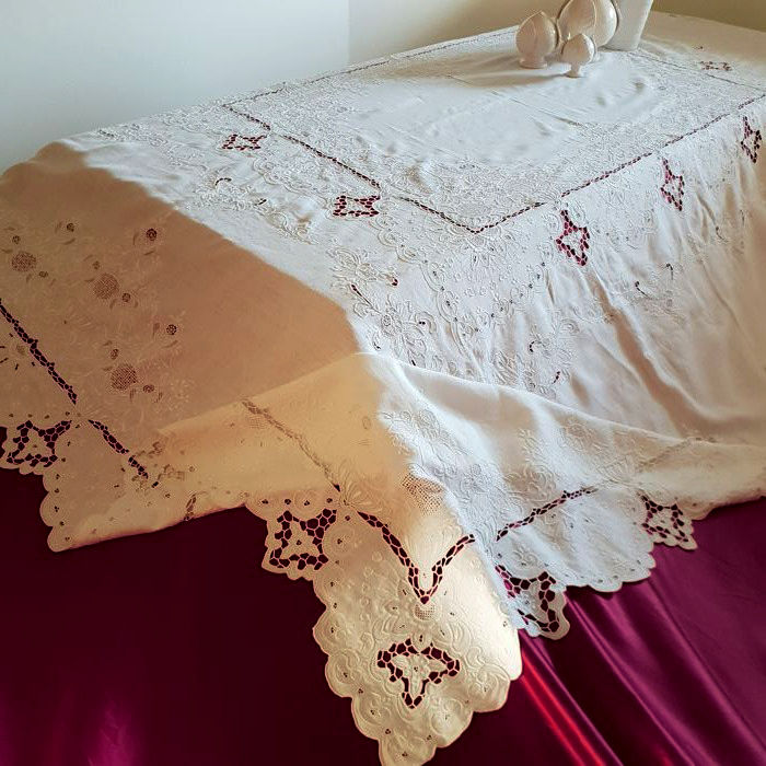Unique and precious museum-like work - very rich 100% pure linen tablecloth, hand-embroidered Very large size 260 cm x 230 cm - Italy