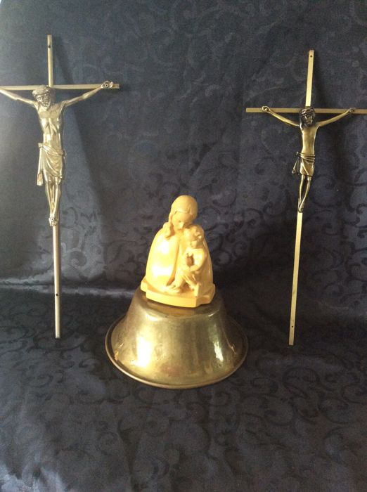 Sculpture : 'La Vierge à L'Enfant' and 2 large crosses (metal and brass) . 20th century