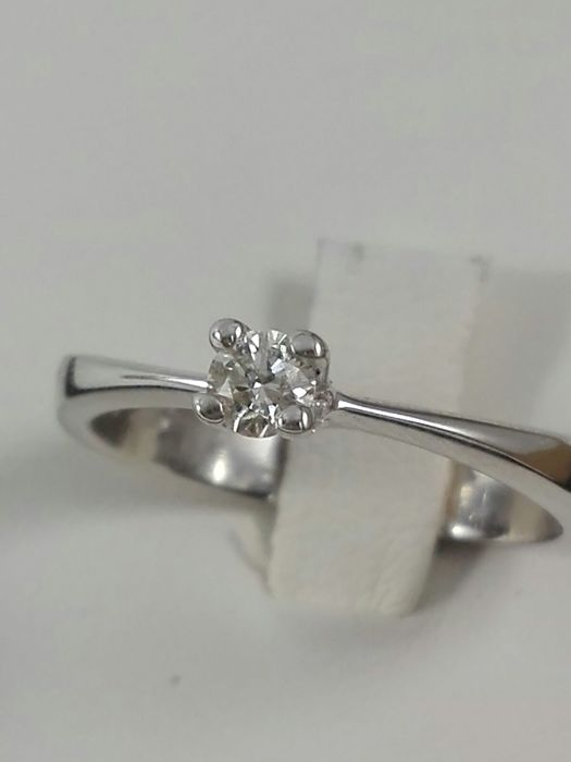 Women's 18 kt white gold solitaire ring with 0.16 ct natural diamond.  Weight 4.5 g