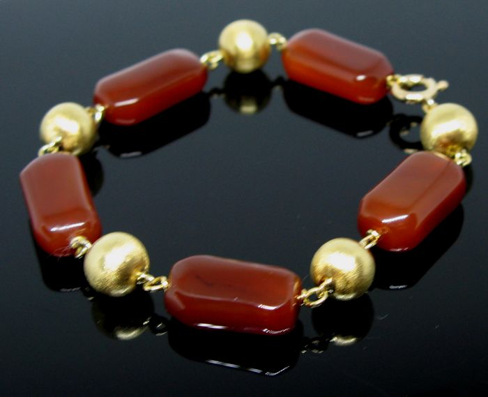 Beautiful vintage bracelet set with 5 solid 18 kt solid yellow gold beads Ø 9,9 mm diameter fine engraved and with 5 natural cornelian 19,7 x 11 x 8 mm. Lenght 21 cm