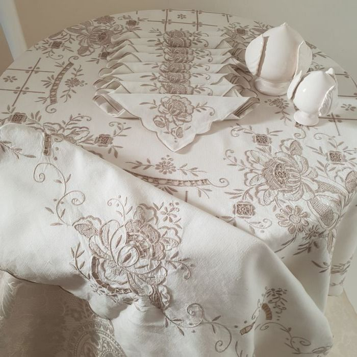 Fine round tablecloth, with extensive handwork - 8 napkins - Italy - 170 cm