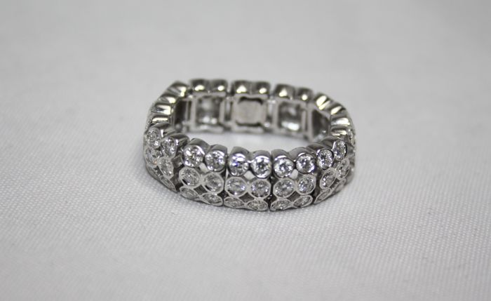 Flexible link ring in 18 kt white gold with 1.80 ct of diamonds, size 55