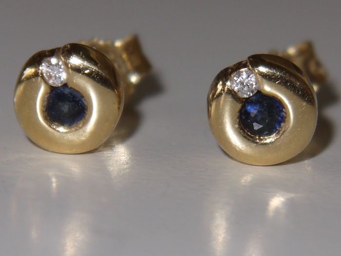 18 kt gold ear studs, with sapphire 0.06 ct, and diamond 0.02 ct. Clarity SI2, Colour I.