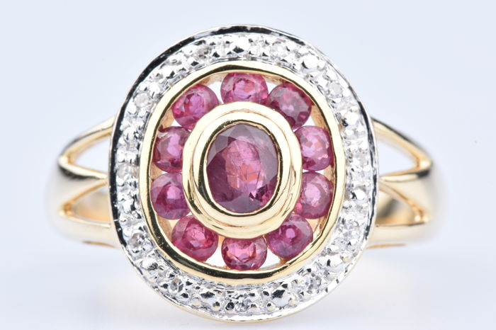 Ring in 18 kt yellow gold, 1 ruby of approx. 0.10 ct, 10 rubies of approx. 0.30 ct in total, 11 diamonds of approx. 0.11 ct in total.
