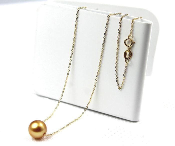 18 kt Yellow Gold Necklace Set With A Gold Lustrous Akoya Pearl 8.5 to 9 mm