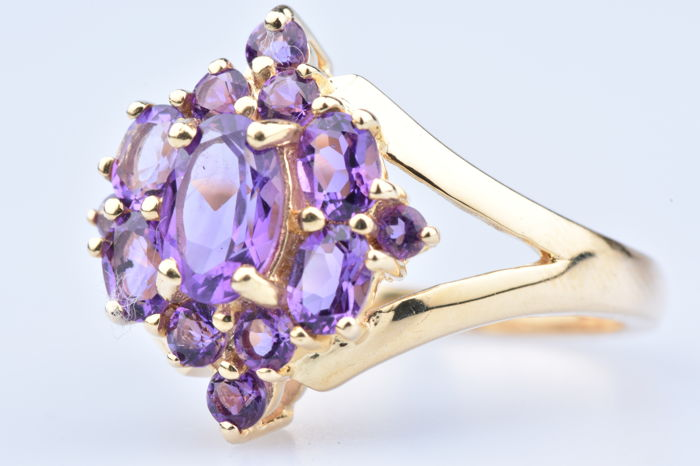 Ring in 18 kt gold with one central amethyst of approx. 0.45 ct, 4 amethysts of approx. 0.80 ct, 6 amethysts of approx. 0.30 ct, 2 amethysts of approx. 0.02 ct - Size: EU: 52 - US: 6