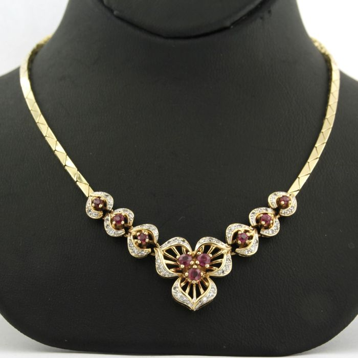 14 karat bi-colour gold necklace with pendant with 54 single cut diamonds of 0.38 carat and 9 brilliant cut rubies of 0.60 carat, length 46 cm