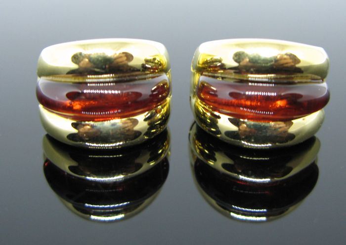 Earrings yellow gold 18 kt, with 2 garnets 17,5 x 4,70 mm. Diameter 1,7 cm