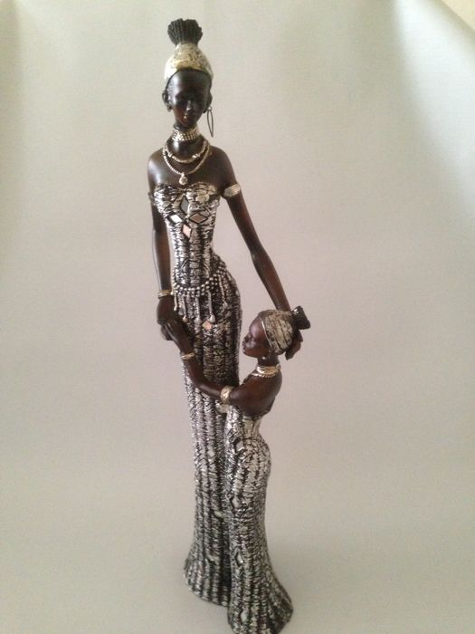 Statuette of an African woman with a child- circa 1960 - in beautiful clothing