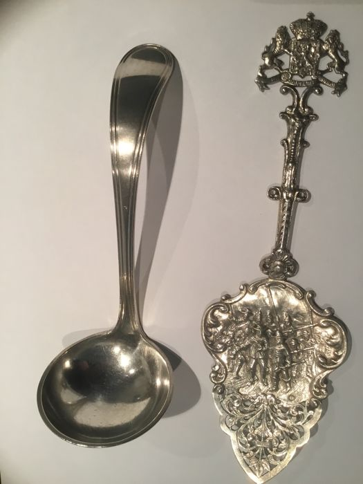 Silver gravy spoon by Begeer, The Netherlands, 1917 + Silver decoration cake slice with image of The Nightwatch, 1918