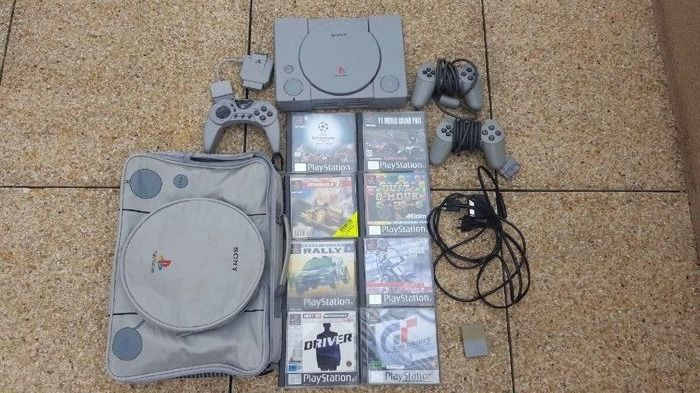 PlayStation 1 , storage bag and 8 games.