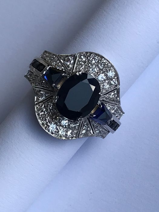 18 kt white gold ring with sapphires and diamonds totalling 1.10 ct,