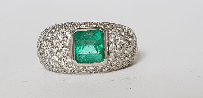 18 kt gold band with emerald and diamonds