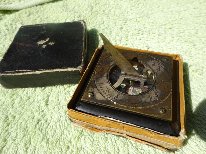 Horizontal sundial with a foldable gnomon, in box, signed, end of the 18th century
