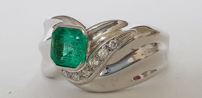UnoAErre - 18 kt gold ring with emerald and diamonds
