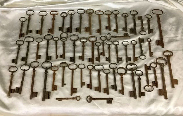 Nice lot of 55 old keys in wrought iron