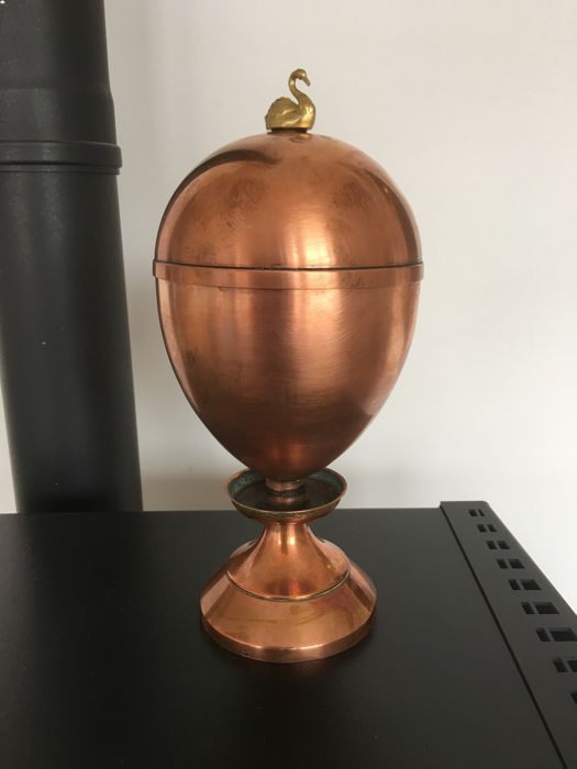 Beautiful breakfast table ornament: redcopper 4 egg spiritus cooker / egg warmer, crowned with gold swan