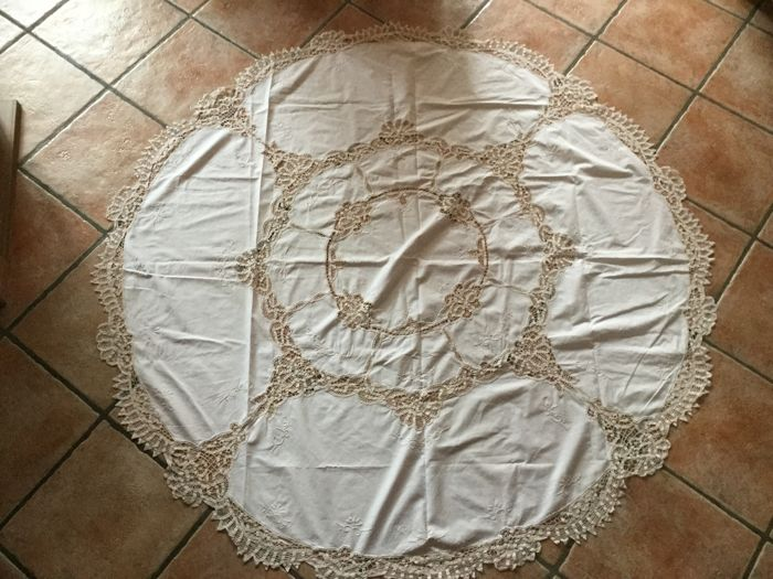 Beautiful large round Brussels lace cream-coloured table cloth - in very good condition