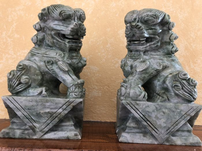 Pair of imposing and heavy sculptures depicting Foo Dogs in saussurite stone - China - Second half of 20th century