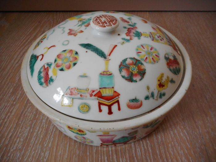 Oven dish with lid, in Rose Family porcelain - China - 19th century