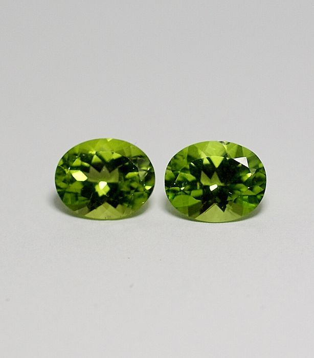 2 Peridots - yellowish-green - 7.32 ct