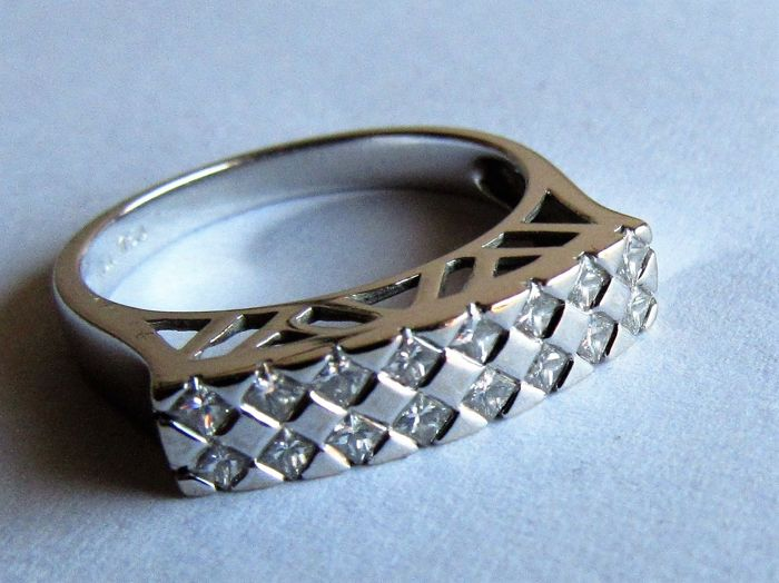 18 kt White gold Retro ring with 16 x natural diamond (0.38 ct). Size 17.25.