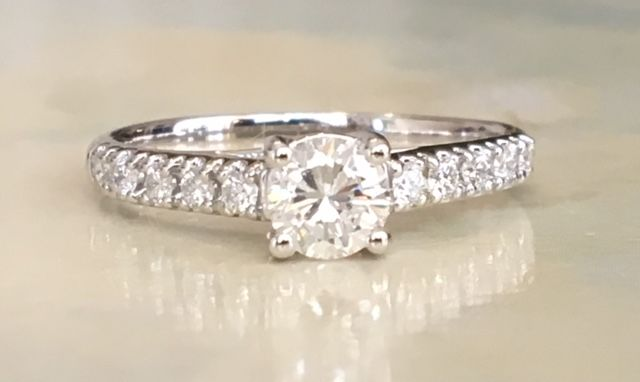 Gorgeous white gold 18 kt solitaire women's ring, with brilliant cut diamonds of approx. 0.72 ct, E/VVS