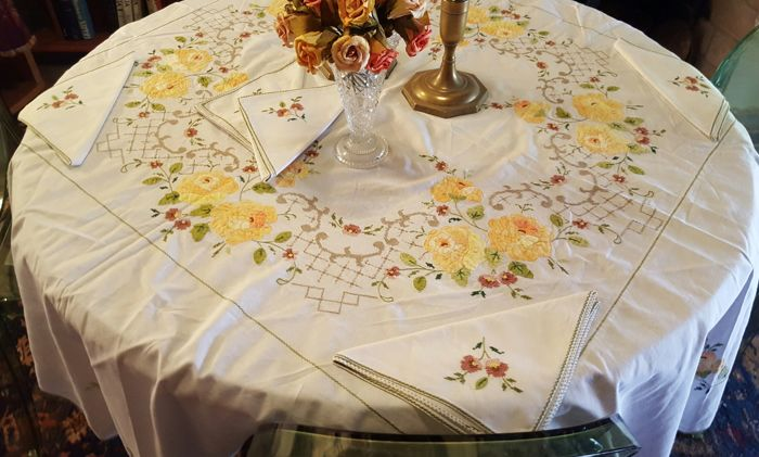 XL round tablecloth, hand made embroidery and fabric applications - 165 cm in diameter - 6 napkins - NO RESERVE