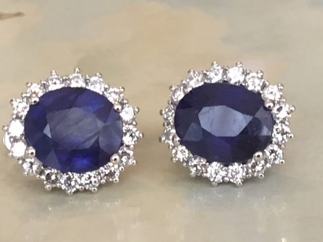 High-quality 18 kt white gold entourage stud earrings with a total of approx. 9.28 ct of diamonds and sapphire