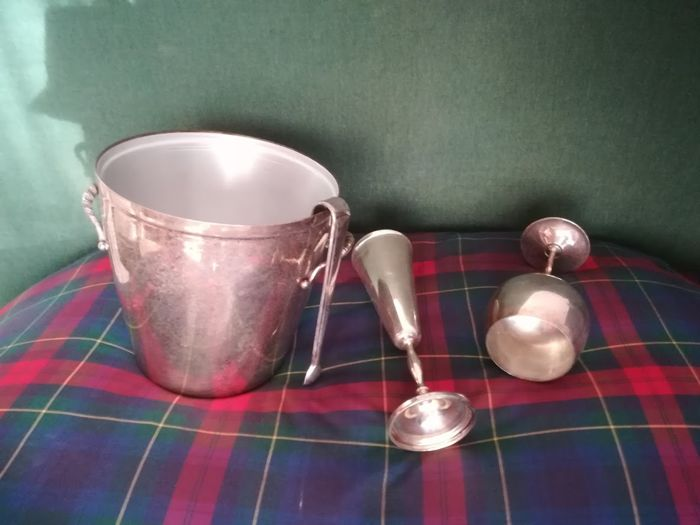 Lot consisting of 2 furnishing items - 1) ice bucket for bottle with tongs, (SILVER PLATE) (Made in Italy) - 2) Pair of stemmed glasses - (rare and precious)