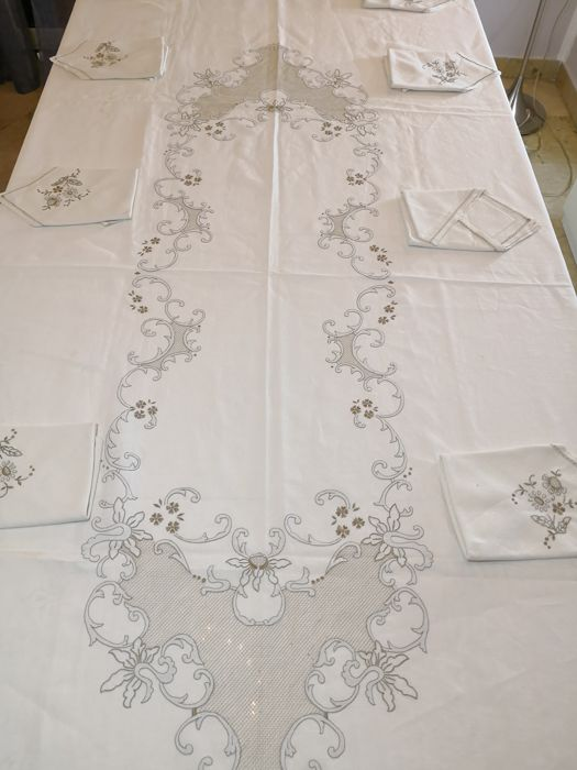 Beautiful antique tablecloth for 12 in the purest linen, hand embroidered with precious embroideries. Sicily, 1930s/50s