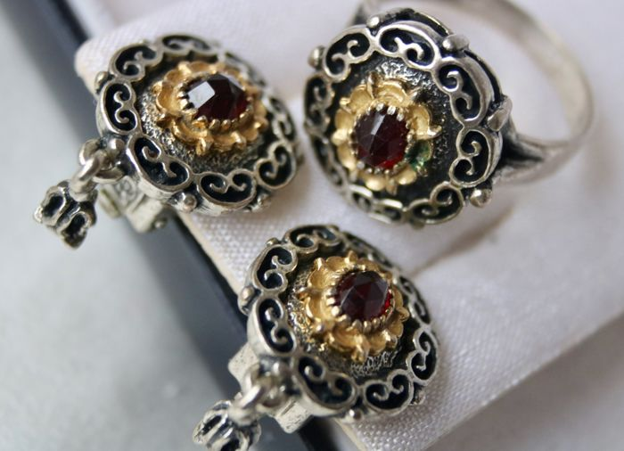 Antique set (3pcs.) of high quality: Pair of Earrings and Ring set with   Ct. total exquisite Bohemian Garnets, the largest ca. 1.20Ct.