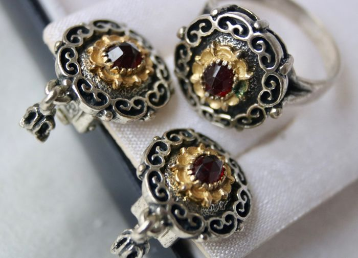 Antique set (3pcs.) of high quality: Pair of Earrings and Ring set withCt. total exquisite Bohemian Garnets, the largest ca. 1.20Ct.