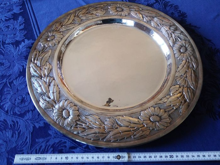 Table centrepiece or round dish / Silver 800/1000 with embossed carvings Florence (Italy), 21st century